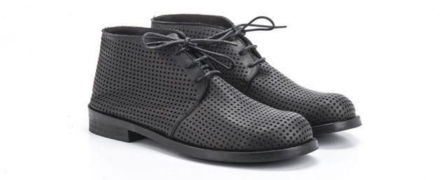 בצילום: נעליים של גארטנבנק. צילום: אליה מלינקוב