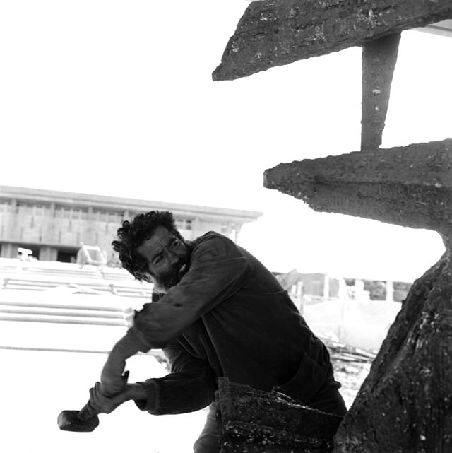 ורנר בראון ללא כותרת (דוד פלומבו בעבודה על שערי הכנסת 1966) 2017 צילום שחור לבן