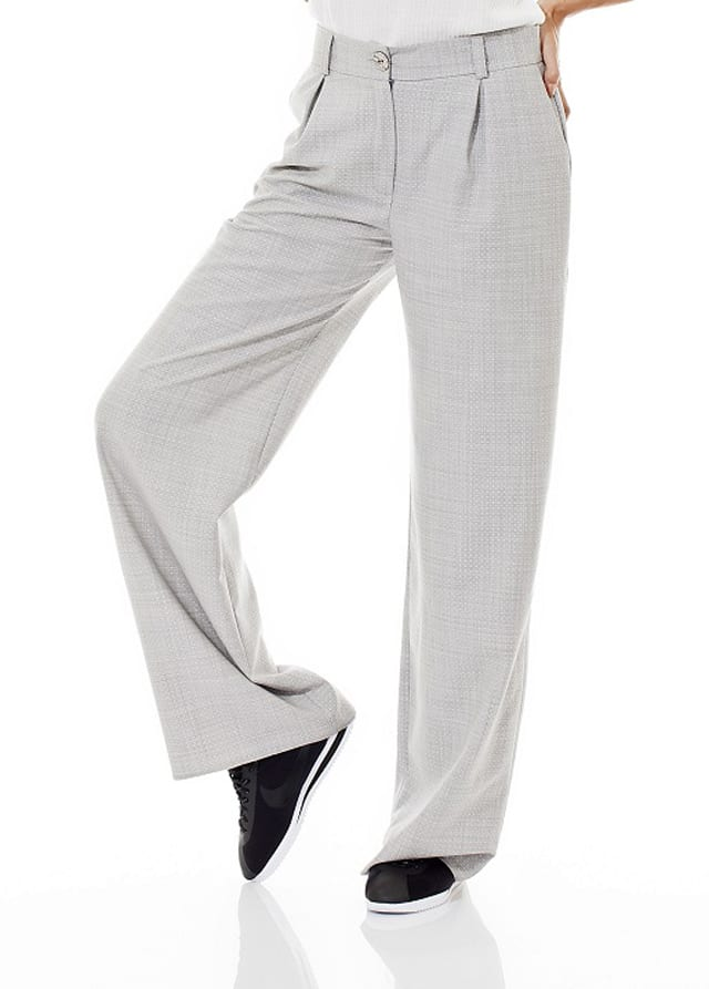 בצילום: מכנסי פדלפון של זויה סנדלר. צילום שי גבריאלי