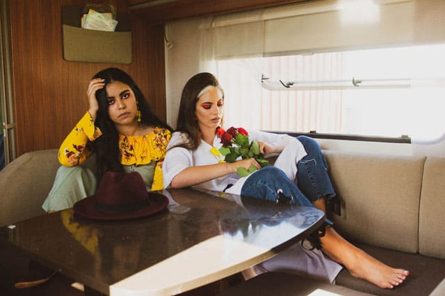 מימין- מכנסיים: זארה, חגורה: טופטן, עגילים-אלדו, טבעות: TAMI, משקפי שמש: ספרינג, גלבייה: אוסף אישי. משמאל - מכנסיים: זארה, חגורה: טופטן, עגילים-אלדו, טבעות: TAMI, משקפי שמש: ספרינג, גלבייה: אוסף אישי, Efifo - מגזין האופנה של ישראל.הפקת אופנה: ״אמריקנה״. סטיילינג ואיפור: חני ידגר -לימודי סטיילינג ואופנה | שנקר לימודי חוץ. צילום: תבל גילעד. דוגמניות: רחלי קוויאט, שימחוש אדרי, אופנה, מגזין אופנה, מגזין אופנה ישראלי - 3