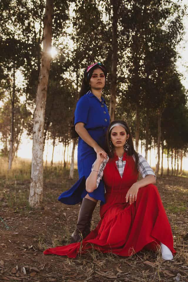 מימין - שמלה: lilamist, חולצה H&M, עגילים-אלדו, טבעת+צמיד: TAMI, מגפיים: זארה. משמאל - שמלה: lilamist, מטפחת: אלדו, שרשראות: TAMI, עגילים ומגפיים: אוסף אישי, Efifo - מגזין האופנה של ישראל.הפקת אופנה: ״אמריקנה״. סטיילינג ואיפור: חני ידגר -לימודי סטיילינג ואופנה | שנקר לימודי חוץ. צילום: תבל גילעד. דוגמניות: רחלי קוויאט, שימחוש אדרי, אופנה, מגזין אופנה, מגזין אופנה ישראלי - 5