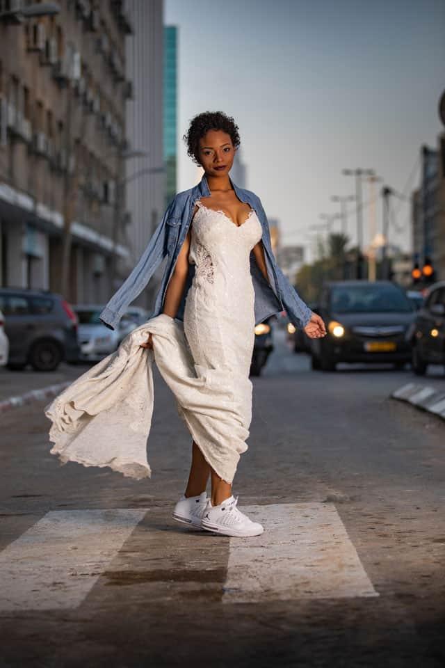 חולצת ג'ינס: קסטרו, שמלה: דוד חצבני עבור בוטיק שמלות כלה רוח נשית, נעליים: JORDAN