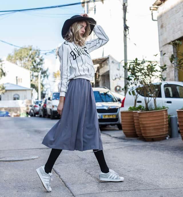בצילום: חולצה וחצאית של מאי צרור. צילום: אור דנון
