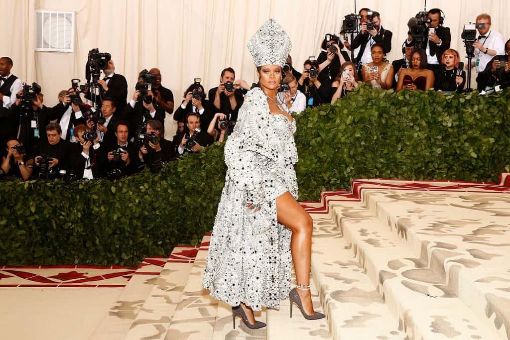 RIHANNA - ריהאנה בשמלה של מייסון מרג'יאלה