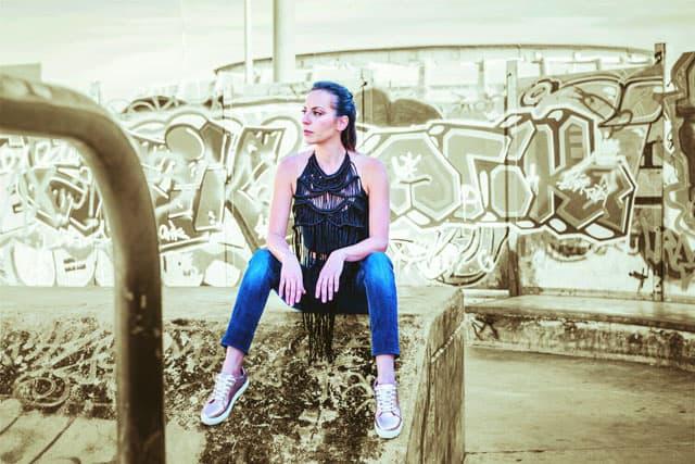 אופנה, טופ״ טופשופ, ג׳ינס: קסטרו, נעליים: Yanga, מגזין אופנה, מגזין אופנה ישראלי, Efifo - מגזין האופנה של ישראל.סטיילינג: מירב פריזנט-לימודי סטיילינג ואופנה | שנקר לימודי חוץ. צילום: קארין רב-און, איפור: נוי הנדר, דוגמנית: אורטל צבר, FASHION, FASHION MGAZINE, סטייל - 5