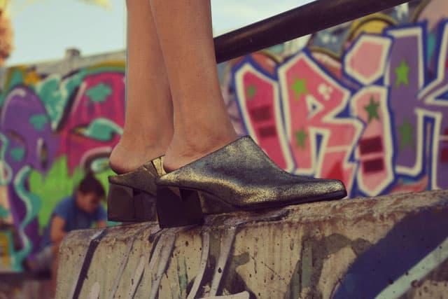 נעליים: סטורי, אופנה, מגזין אופנה, מגזין אופנה ישראלי, Efifo - מגזין האופנה של ישראל.סטיילינג: מירב פריזנט-לימודי סטיילינג ואופנה | שנקר לימודי חוץ. צילום: קארין רב-און, איפור: נוי הנדר, דוגמנית: אורטל צבר, FASHION, FASHION MGAZINE, סטייל - 3