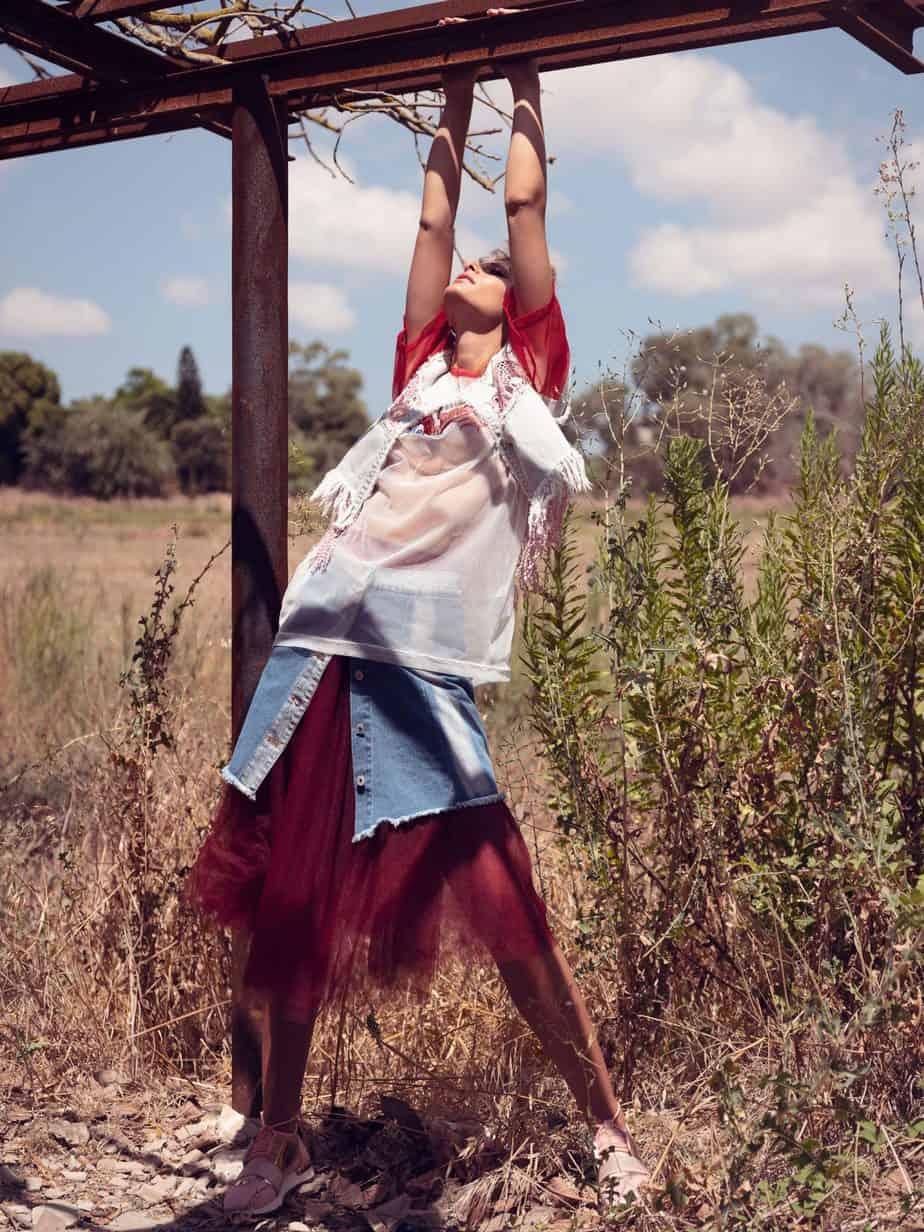 וסט: ארקטה, חולצה: טומי הילפיגר, חצאית: אייס קיוב, חצאית טול: טליה מאת טליה שרף נעלים: סקופ, צילום ועריכה אסי ביטון, סטיילינג סיגל גרוס, דוגמנית לנה פיאר - 1