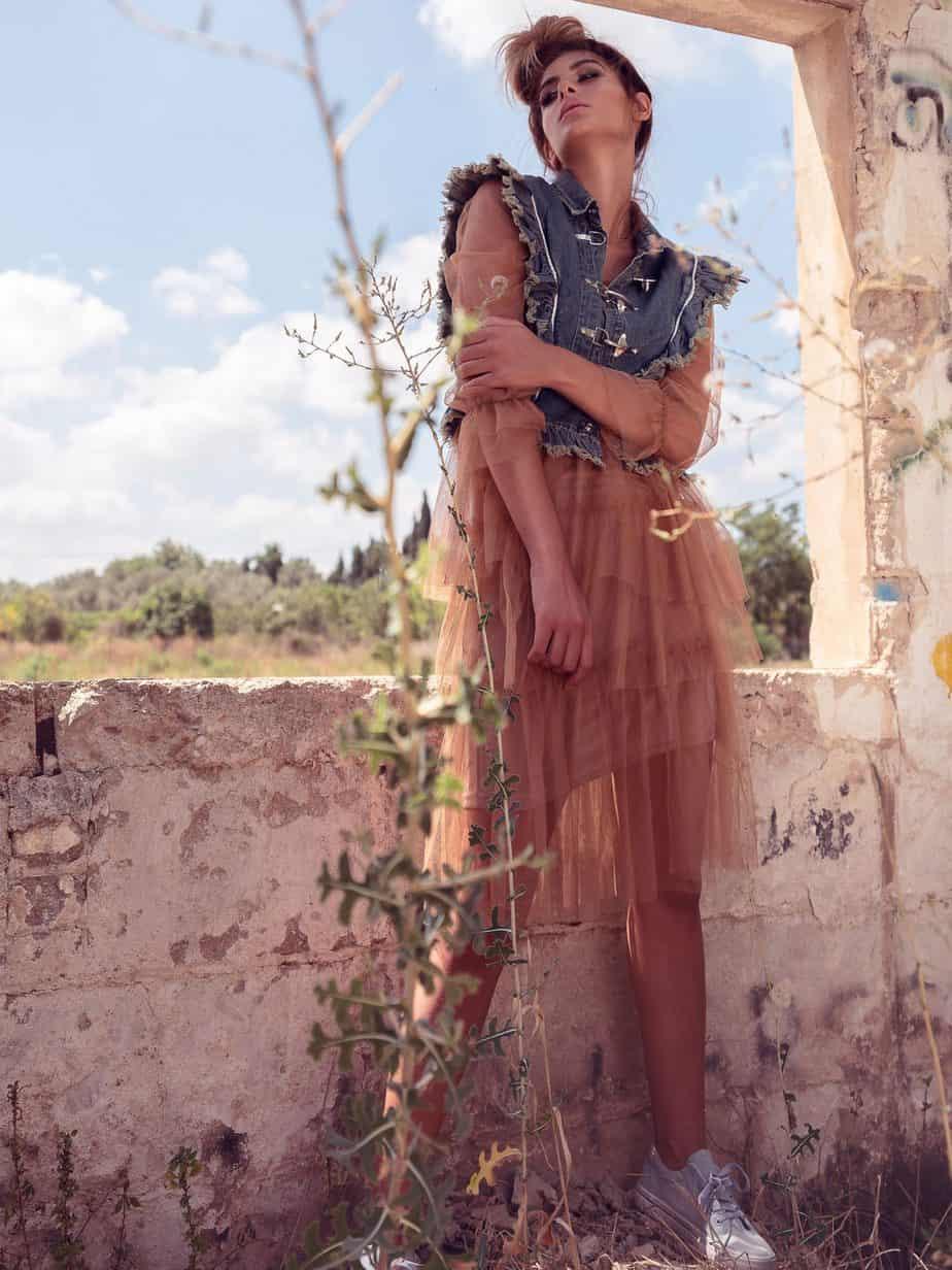 שמלה: נעמי בוטיק, וסט גינס: ארקטה, נעלים: סקופ, צילום ועריכה אסי ביטון, סטיילינג סיגל גרוס, דוגמנית לנה פיאר - 2