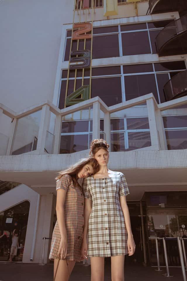 שמלה מימין we must shop, שמלה משמאל זארה, הפקת אופנה: צילום: ירדן שמואלי (Yarden Shmuely) - סטדיו גברא, מנחה: איתן טל, סטיילינג: קורל שפירא (Coral Shapira), עוזר צלם: רועי קאשי (Roie Kashi), איפור: שי תלמי (Shay Talmi), עיצוב שיער: ליאור זאמן (Lior Zamen), דוגמניות:הלנה קרלינסקי (Lena Karlinski), ליהי קרן (Lihi Keren) ל׳אלינור שחר׳ (Elinor Shahar),אופנה, מגזין אופנה, חדשות אופנה, כתבות אופנה, Fashiom Magazine, Fashion, Efifo ,מגזין אופנה ישראלי, מגזין אופנה ועיצוב, עיתון אופנה, מגזין אופנה אונליין, טרנדים, סטייל - 5