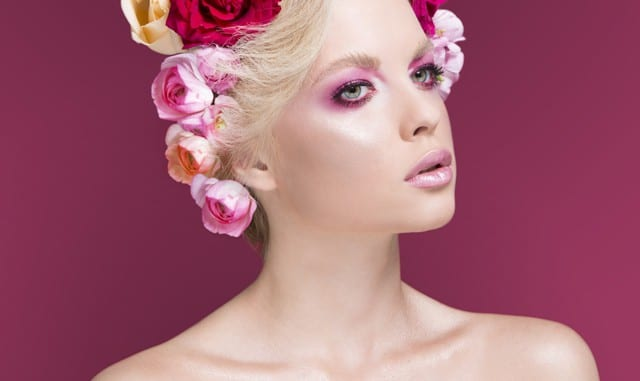 שפתון מכיל תמציות בוטניות וויטמינים המטפחים שפתיים יבשות.