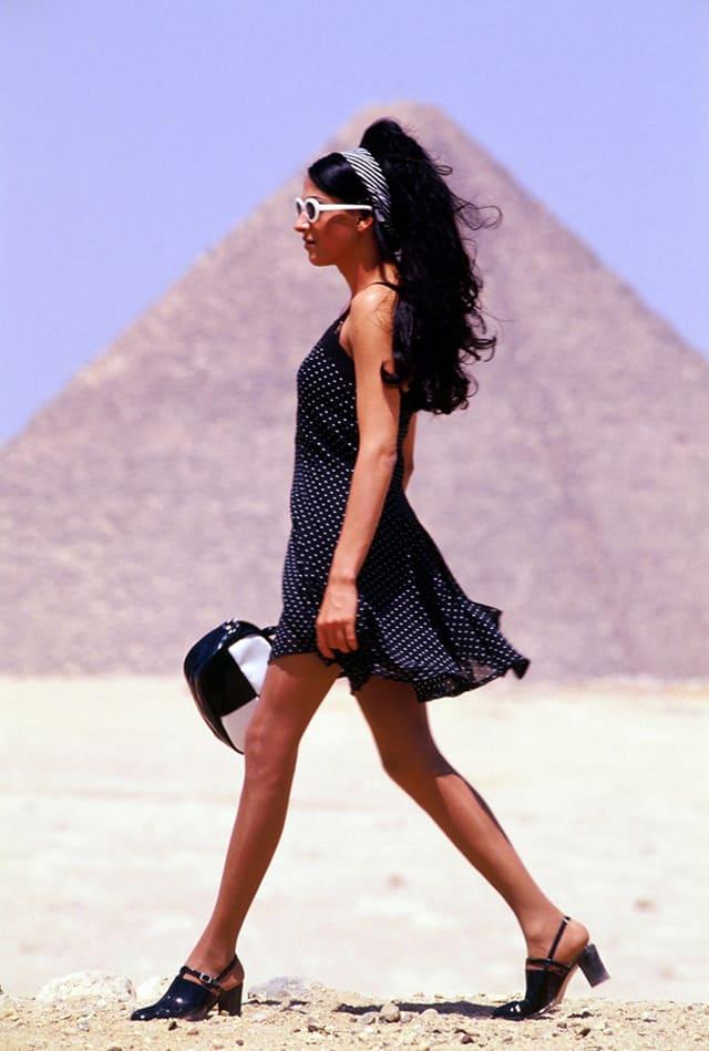 המסע למצרים 1996. צילום רוני ינקוביץ') ,אופנה, מגזין אופנה, חדשות אופנה, Fashiom Magazine, Fashion, כתבות אופנה, מגזין אופנה ישראלי, מגזין אופנה ועיצוב, עיתון אופנה, מגזין אופנה אונליין, טרנדים, סטייל