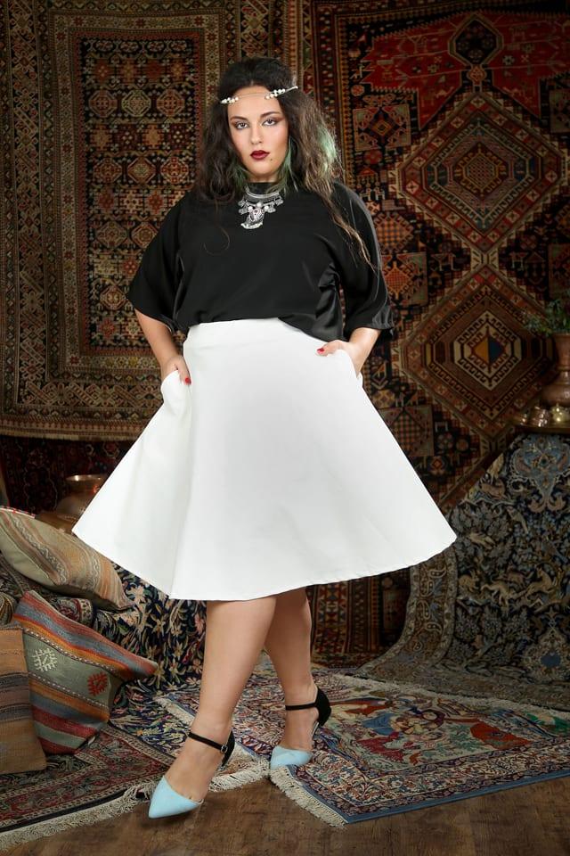 בתמונה: שני שגב. חולצת ענת שחורה 250 שח במקום 349 שח חצאית מקסיקו גרסי לבנה 250 שקל במקום 329 שקל. צילום: נעמי ים סוף