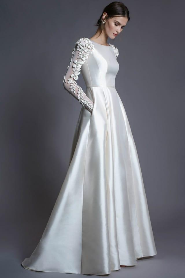 בצילום: שמלת כלה של חנה מרילוס. צילום רון קדמי