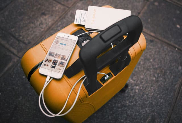 טרולי של ROLLINK עם מטען לטלפון נייד. צילום: מירב בן לולו