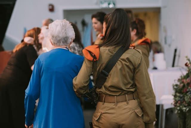 יום השואה, ניצולות שואה. ״גיבורות היופי״. צילום: אביב אברג׳ל. Efifo. מגזין אופנה ישראלי -
