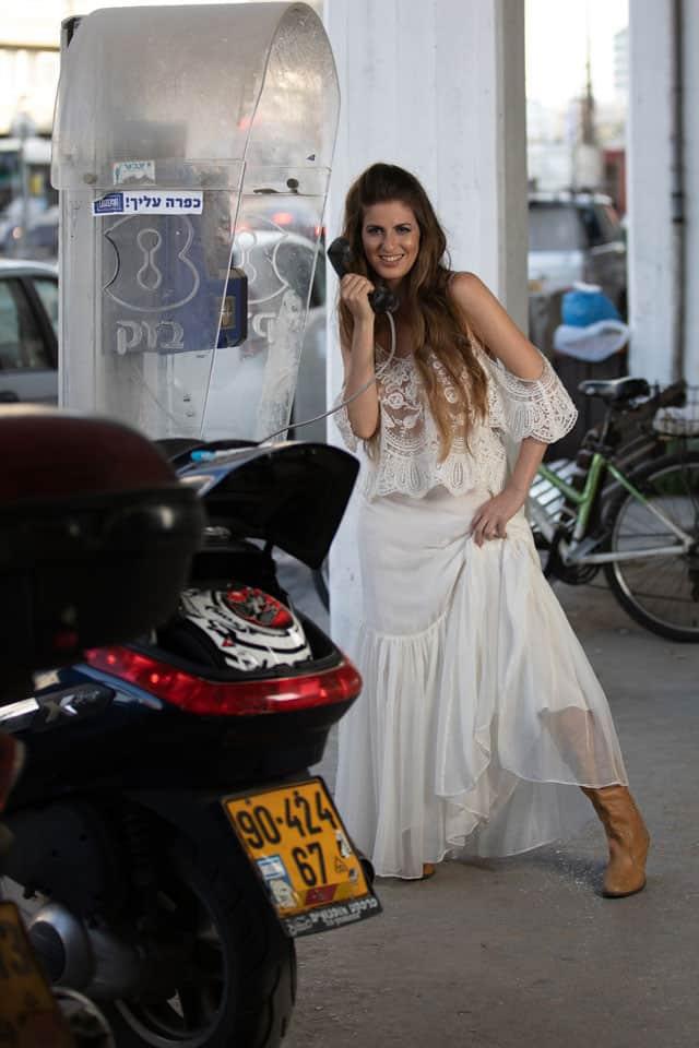 שמלה: דנה הראל, מגפיים: קסטרו