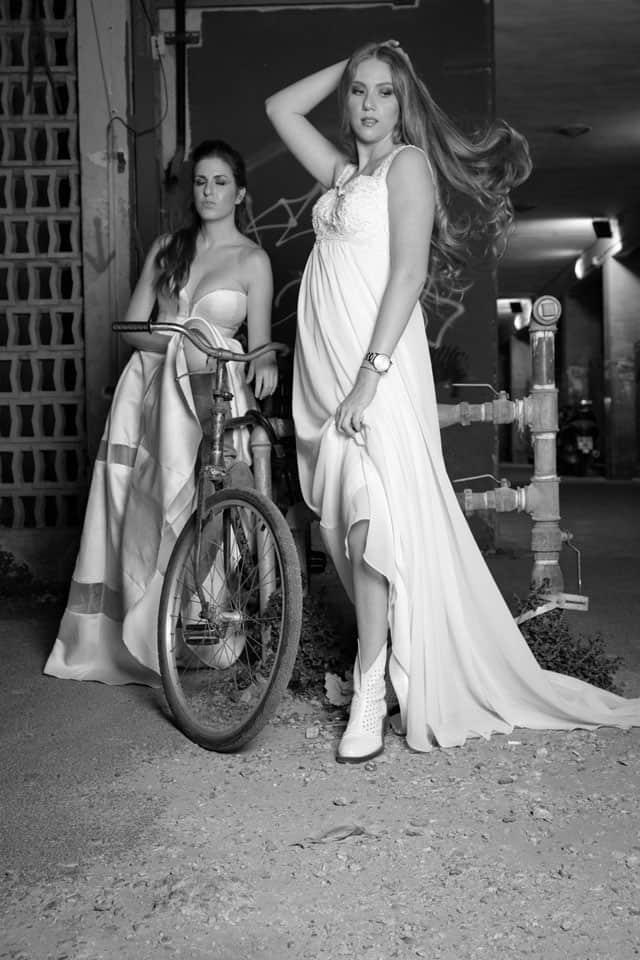 משמאל - שמלה: טלי ומריאנה עבור בוטיק שמלות כלה רוח נשית, מגפיים: קסטרו. מימין - שמלה: תרומה מכלה