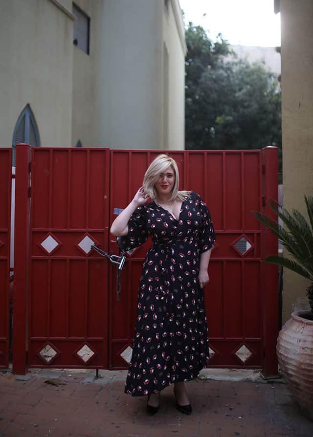 בצילום: לי זוהר בשמלה של ״קווין סייז״. צילום: ביאנה ויטקין -1 1