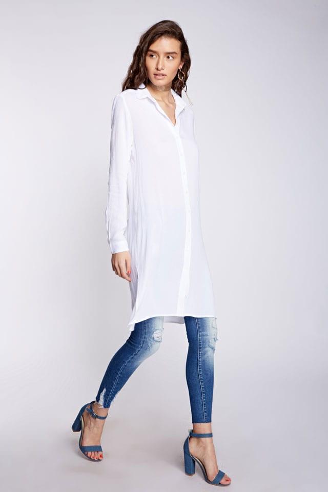 efifo, לי קופר. טוניקה לבנה, מחיר 169.90 שקל, ג׳ינס, מחיר 269.90 שח צילום: הילה שייר