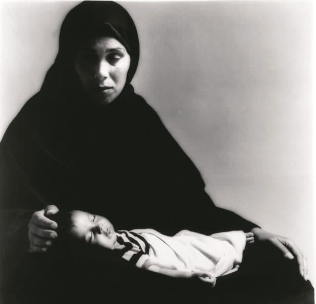 בצילום: עיישה אל קורד, מחנה פליטים חאו יונס, חדשות, 1988. צילום: מיכה קירשנר