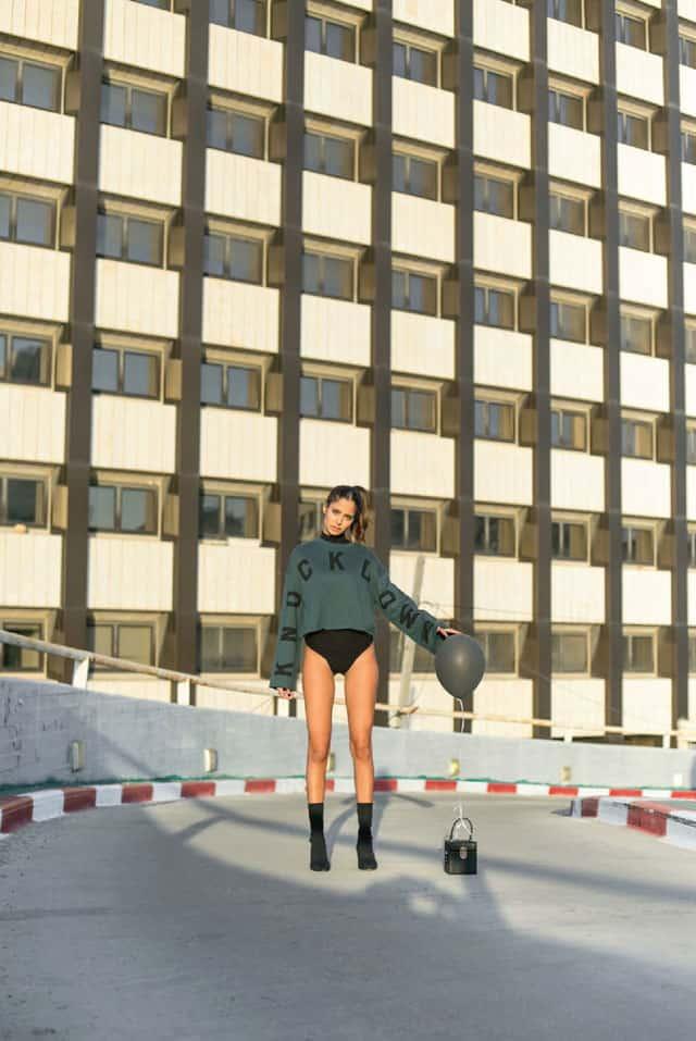 בצילום: חולצה של H&M, בגד גוף ונעליים של זארה, תיק של אלדו. סטיילינג ומודליסטית: ניצן אברהם, צילום: תמיר מוש - 1