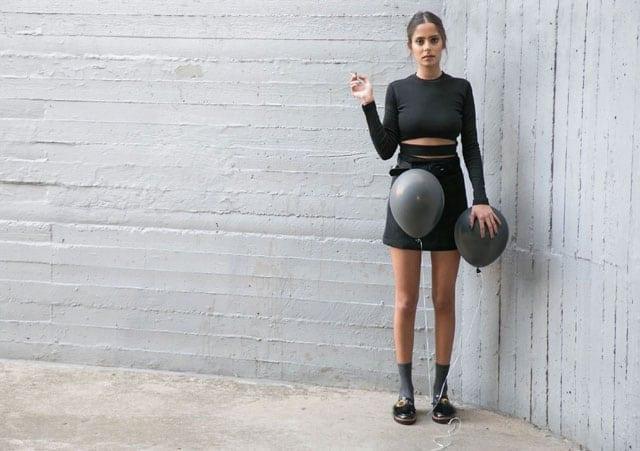 בצילום: חליפה: אנה סיני, נעליים: זארה גרביים: פוקס