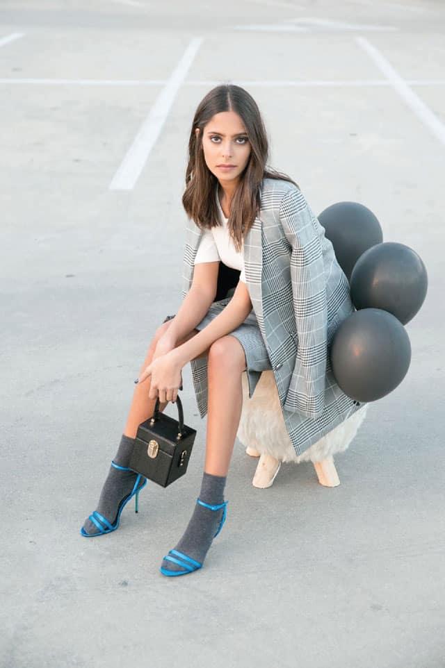 חולצה: קלווין קליין, ז׳קט: מארי 88 פאשו, חצאית: H&M, תיק: אלדו, נעליים: זארה, גרביים: פוקס