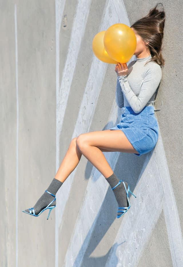 בצילום: גולף: מנגו, חצאית: מארי 88 פאשן, נעליים: זארה, גרביים: פוקס