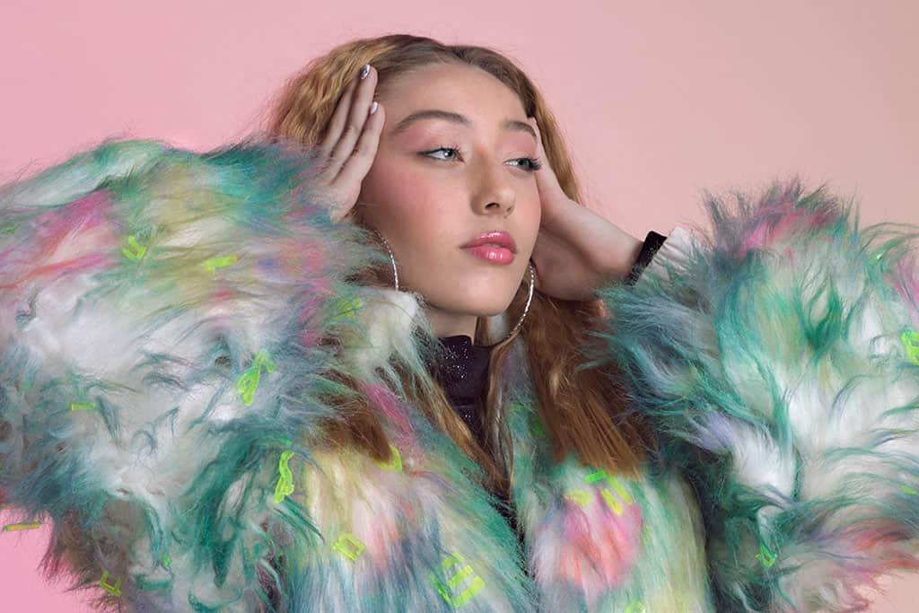 בצילום: מעיל של שירה זילכה, Shira Zilkha, מגזין אופנה, מגזין אופנה ישראלי, מגזין אופנה אונליין, אופנה, Efifo, Fashion, Fashion Magazine22