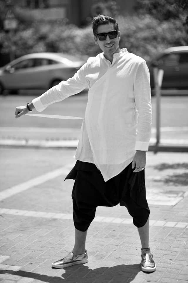 חולצה, מכנסיים וצמיד: ARKETA, נעליים: ZARA צמיד: ORIT COLE, טבעות: BEN MEN WEAR, צמיד עור לרגל: סילביה פריצקר משקפיים: אופטיקה פולק, שחר רבן, צילום יהודה פולק, אופנה, מגזין אופנה, חדשות אופנה, כתבות אופנה, Fashiom Magazine, Fashion, Efifo ,מגזין אופנה ישראלי, מגזין אופנה ועיצוב, עיתון אופנה, מגזין אופנה אונליין, טרנדים, סטייל - 1010