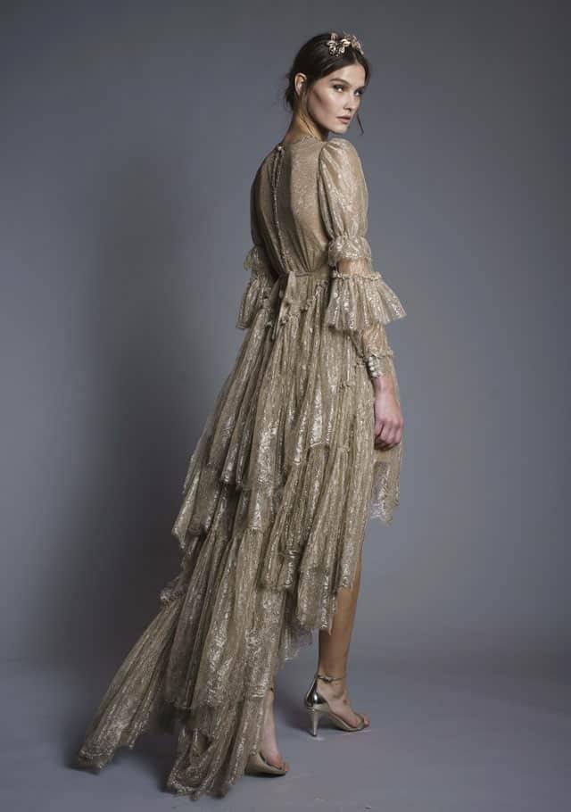 בצילום: שמלה צנועה של חנה מרילוס. צילום: רון קדמי