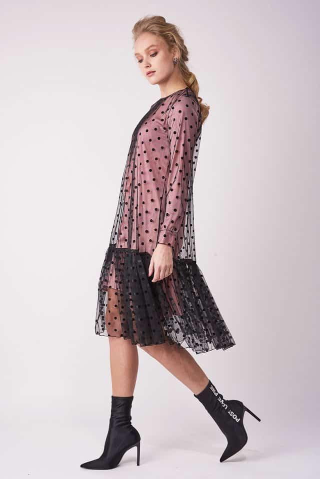 בצילום: שמלה צנועה של שיראל אברהמי. צילום: שי פרנקו