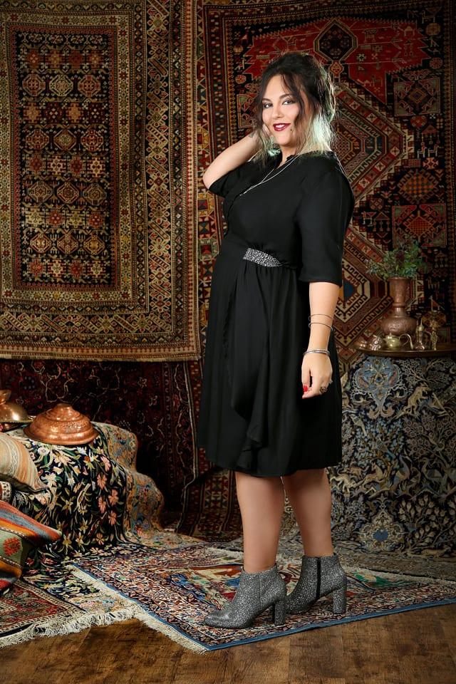 בתמונה: שני שגב. שמלת נינה שחורה חגורה כסופה. 399 שקל במקום 439 שקל. צילום: נעמי ים סוף