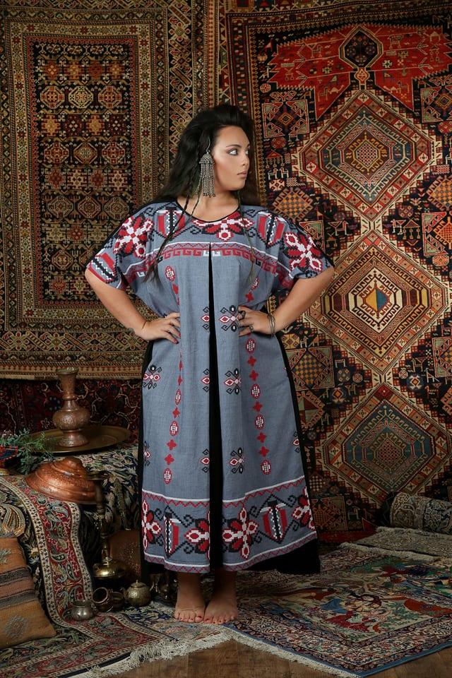 בתמונה שני שגב. שמלת סנטוריני 399 שקל במקום 529 שקל. צילום: נעמי ים סוף