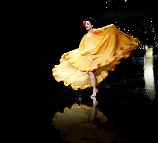 רונית אלקבץ בשמלה בעיצוב אלבר אלבז בשבוע האופנה גינדי 2015 GINDI TLV Fashion Week בקניון האופנה TLV. צילום: גיל חיון