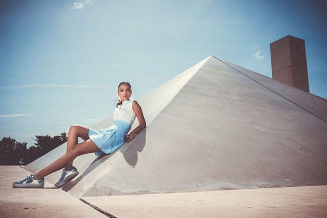 חולצה וחצאית: J Private Collection, טבעת: מיה חן, נעליים: קסטרו, עגילים: אוסף פרטי