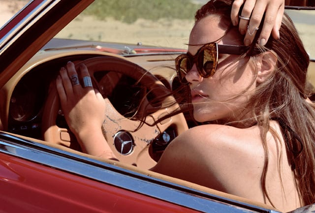 בצילום: משקפיים: אוסף פרטי, תכשיטים: Jewelry C&R. סטודיו גברא בשיתוף Efifo. מנחה: איתן טל. צילום: איילה ברק העליון. סטיילינג: שרון סטאר, עיצוב שיער: ליאור זאמן,איפור: עדיה שיפמן, דוגמנים: לירז נומדר ל-H.H Models, כריסטינה סים, שחר כליפה ל-רונן אור צרפתי - 1