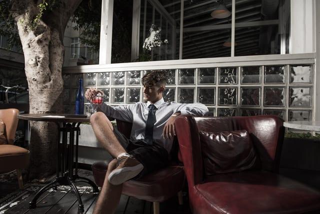 בצילום: חולצה מכופתרת ושורט: קסטרו, עניבה: בגיר, נעליים: פול אנד בר