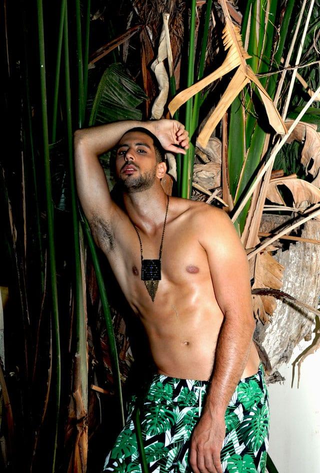 בצילום: בגד ים: Tropicana swimwear, שרשרת: Karlitos - דיזנגוף 135 תל אביב