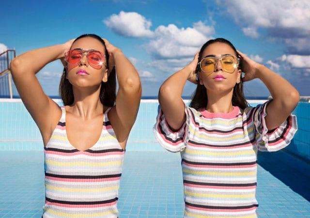 בצילום: משקפיים: פוראבר 21, חולצה וגופיה H&M