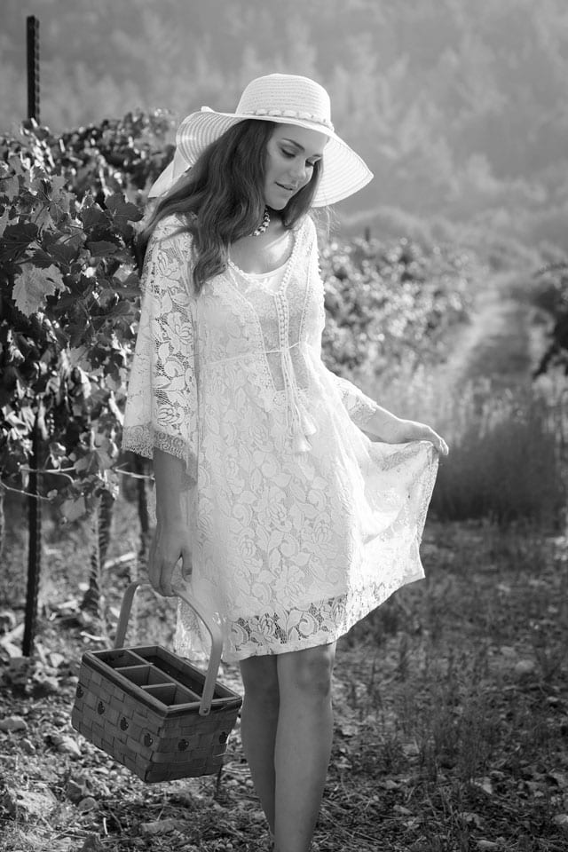 בצילום: שמלה: מונה ליזה, תכשיטים: שרון סטאר, כובע: כיסופים