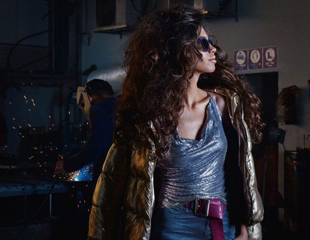 חצאית ג׳ינס: lee cooper, חגורה ומשקפי שמש: אליזבת הראשונה-חנות יד שניה, גופיה: le chateau, מעיל: love lola