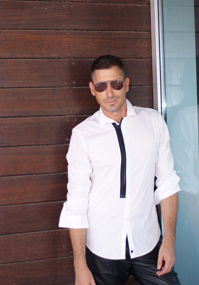 בצילום: הסטייליסט שחר רבן. חולצה: C.K, מכנסיים: MINIMUM FOR STORY, משקפיים: אופטקיה פולק