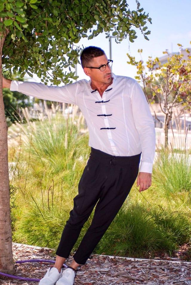 בצילום: הסטייליסט שחר רבן. חולצה מכנסיים ונעליים: ZARA, משקפיים: אופטיקה פולק