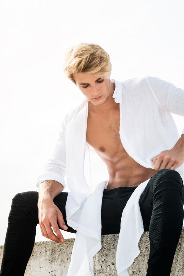 בצילום: מכנסיים: נתיב TATTOO, חולצה: sketch