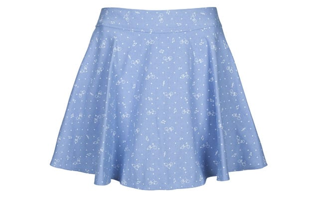 חצאית לנשים, חצאית לנשף פרום. חצאית קצרה בצבע תכלת עם נקודות לבנות של מאיושה. צילום דן מילר, efifo, אתר אופנה - 1