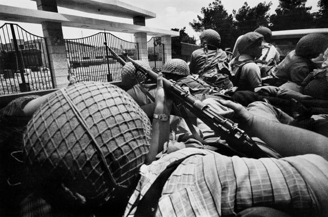 efifo, לוחמים ברחוב סלאח א דין, ירושלים, מלחמת ששת הימים, יוני 1967. צילום: מיכה בר-עם. מוזיאון ישראל