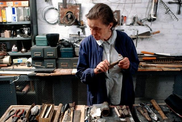 לואיז בורז'ואה בסטודיו שלה בשנת 1974. צילום: מארק סטדוקאטי. © קרן איסטון-1