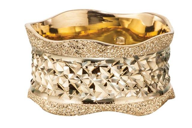 בצילום: טבעת זהב אדום וזהב צהוב. טבעות אירוסין, טבעות נישואין. רויאלטי (ROYALTY). מחיר: החל מ-199שקל לגרם זהב. צילום: יח״צ - 3