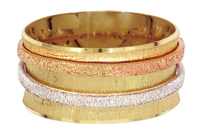 בצילום: טבעת זהב אדום וזהב צהוב. טבעות אירוסין, טבעות נישואין. רויאלטי (ROYALTY). מחיר: החל מ-199שקל לגרם זהב. צילום: יח״צ